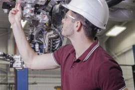Service Techniker wartet einen Roboter