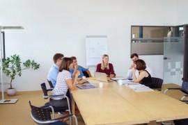 mitarbeiter in einer besprechung im konferenzraum