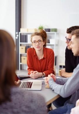 junge kollegen in einer besprechung im büro